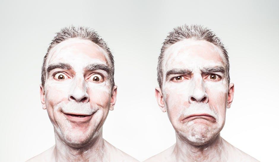 Man med olika ansiktsutryck, glad och sur